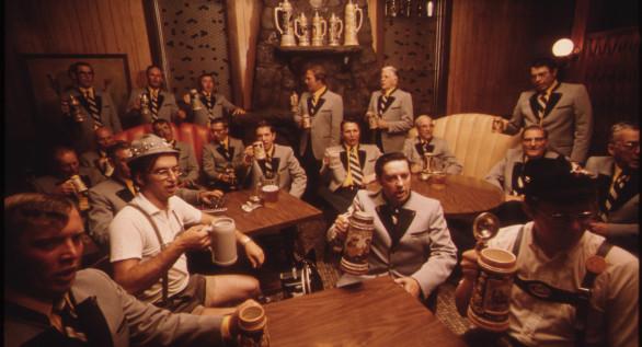 MEMBERS_OF_THE_CONCORD_SINGERS_DRINK_BEER_AT_THE_TURNER_CLUB_IN_NEW_ULM,_MINNESOTA._AS_THEY_PRACTICE_GERMAN_SONGS...._-_NARA_-_558262